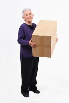 Ältere frau mit paket auf weißem hintergrund