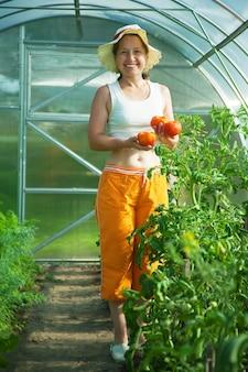 Ältere frau mit tomate