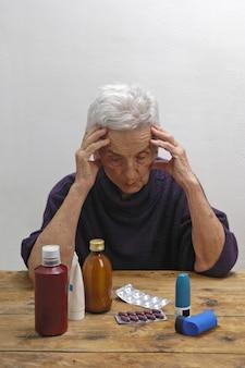 Ältere frau mit vielen drogen