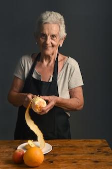 Ältere frau schälen orange