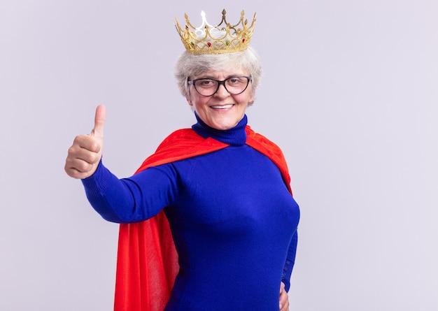 Ältere frau superheld mit rotem umhang und brille mit krone auf dem kopf