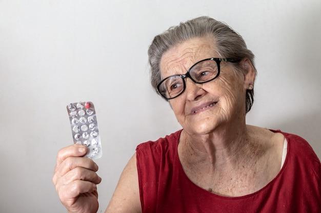 Ältere frau traurig darüber, dass ihr die medizin ausgeht