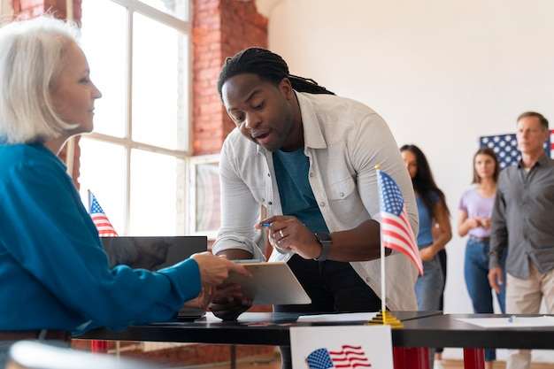 Ältere frau und mann am tag der wählerregistrierung