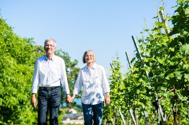 Ältere frau und mann, die im sommer spazieren gehen