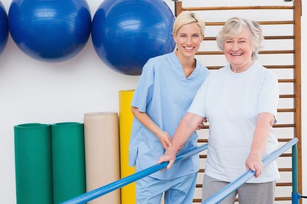Ältere frau und therapeut, die an der kamera lächelt