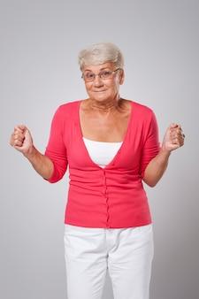 Ältere frau voller hoffnungslosigkeit für glück