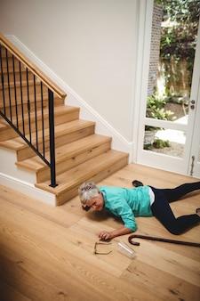 Ältere frau von der treppe gefallen