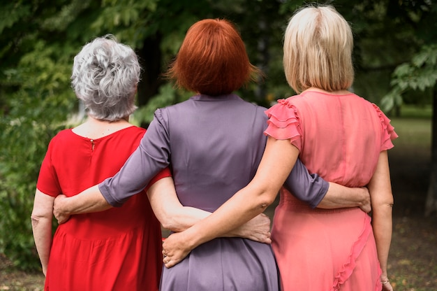 Ältere frauen der hinteren ansicht zusammen