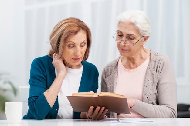 Ältere frauen, die ein buch lesen