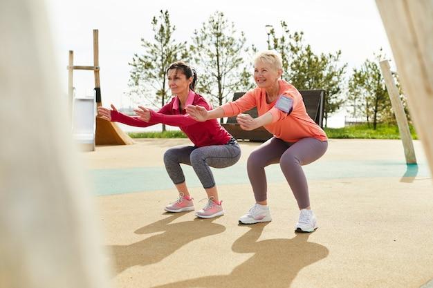 Ältere frauen, die im freien trainieren