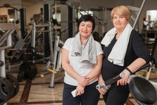 Ältere frauen im fitnessstudio ruhen sich aus