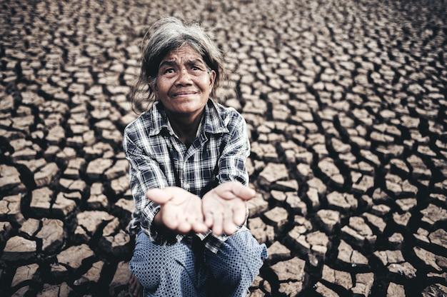 Ältere frauen machen hände, um regenwasser bei trockenem wetter, globaler erwärmung, vorgewählter fokus zu erhalten.