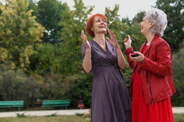 Ältere frauen zusammen im park