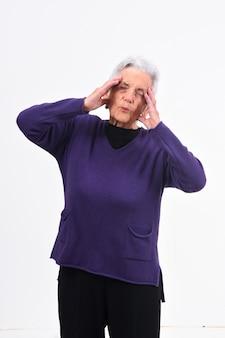 Ältere frauenkopfschmerzen auf weißem hintergrund