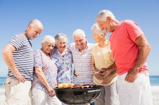 Ältere freunde, die einen grill haben