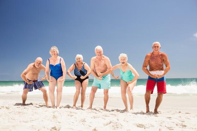 Ältere freunde, die ihre muskeln zeigen