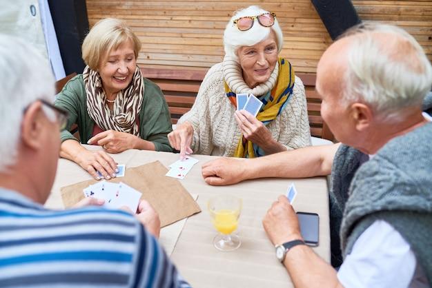 Ältere freunde, die karten spielen