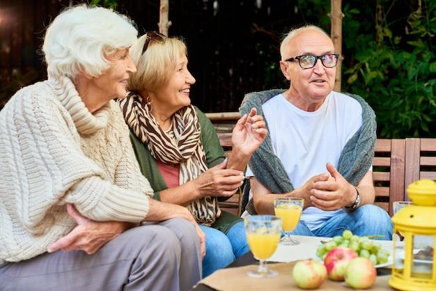 Ältere freunde, die ruhestand genießen