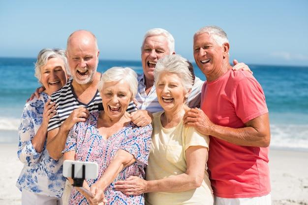 Ältere freunde, die selfie nehmen