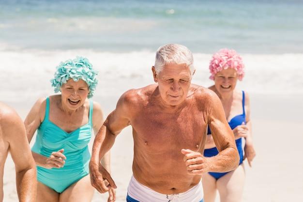 Ältere freunde, die zusammen laufen