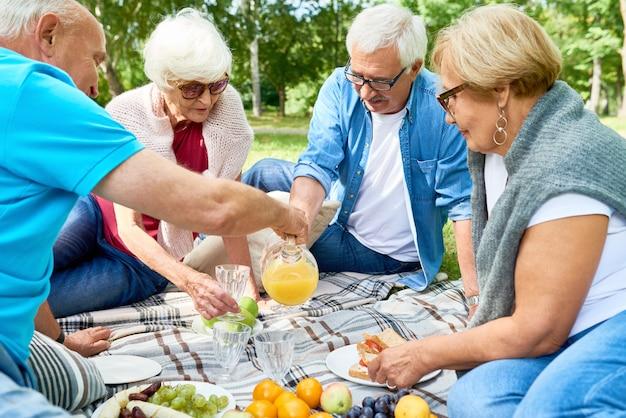 Ältere freunde machen ein picknick