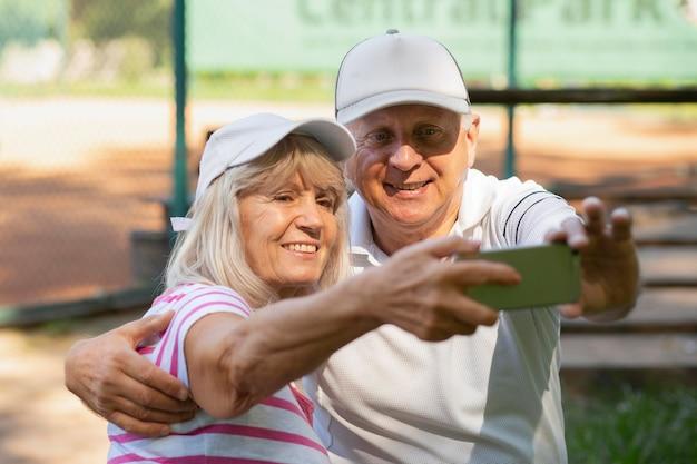 Ältere freunde mit mittlerer aufnahme, die selfie machen