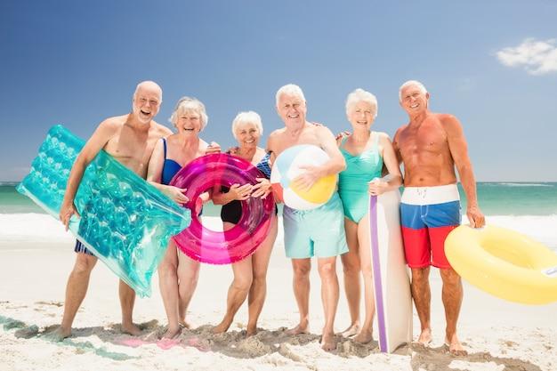 Ältere freunde mit strandzubehör