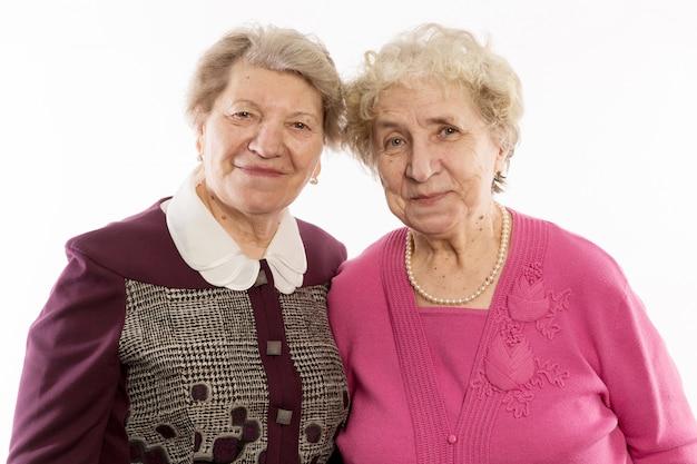 Ältere freunde umarmen sich und lachen