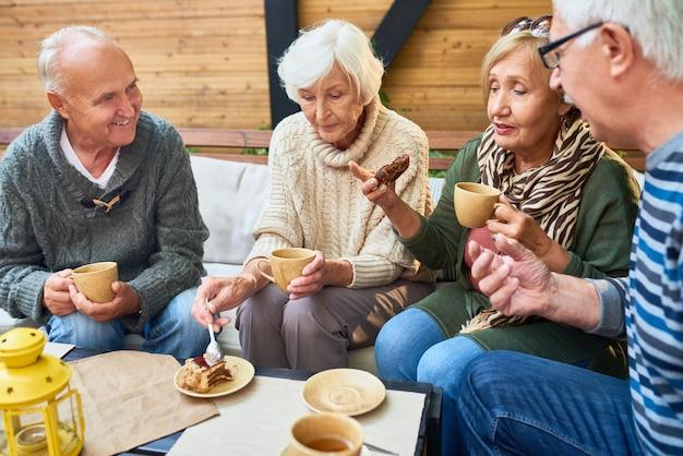 Ältere freunde zusammen in einem café