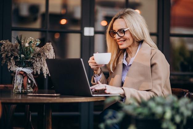 Ältere geschäftsfrau, die online unter verwendung des computers kauft