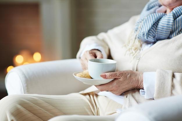 Ältere geschäftsfrau, die sich zu hause entspannt