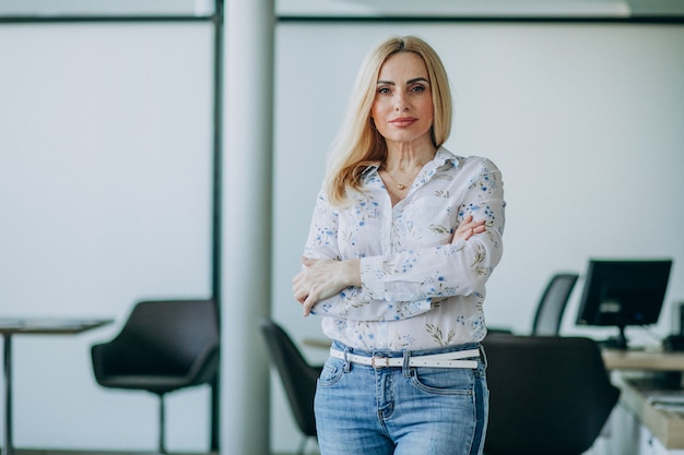 Ältere geschäftsfrau im büro isoliert