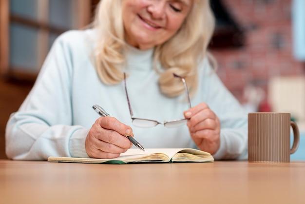 Ältere geschäftsfraufunktion der nahaufnahme