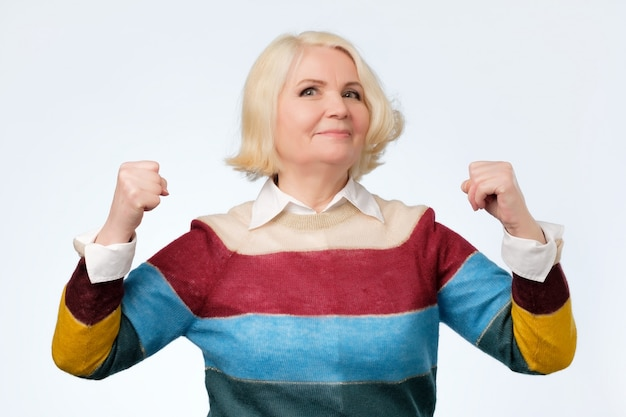 Ältere glückliche ältere frau, die stolz auf sich ist