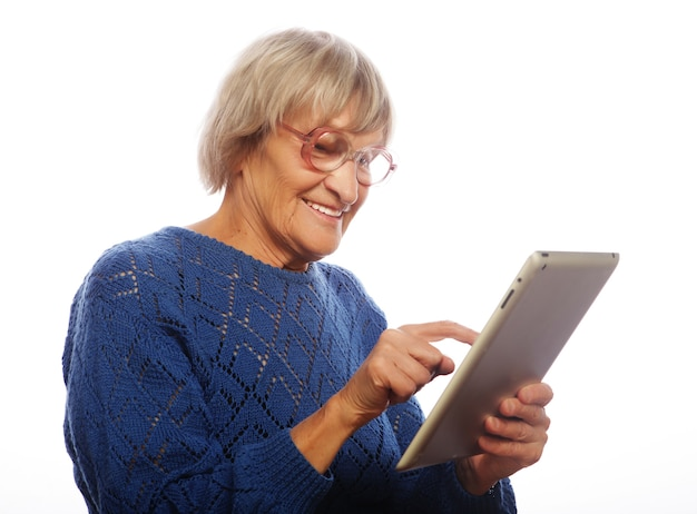Ältere glückliche frau mit ipad isoliert