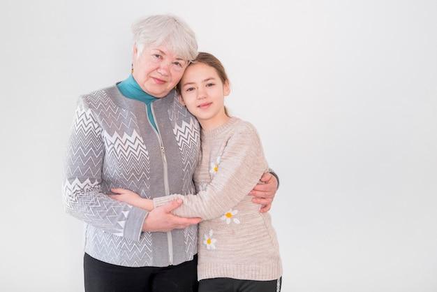 Ältere großmutter, die mit ihrem enkel posiert