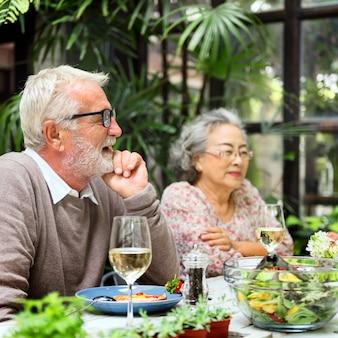 Ältere gruppe entspannen sich lebensstil, der konzept dinning ist