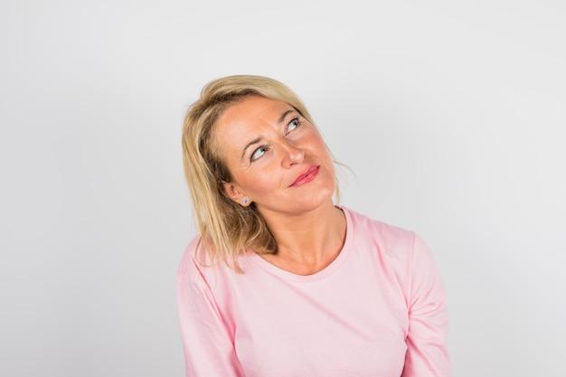 Ältere hübsche frau in rosafarbener bluse