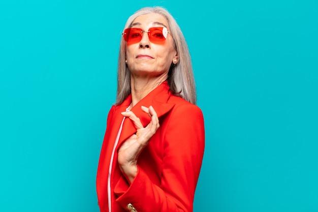 Ältere hübsche geschäftsfrau, die ein konzept ausdrückt