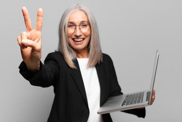 Ältere hübsche geschäftsfrau mit einem laptop