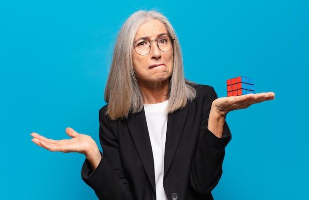 Ältere hübsche geschäftsfrau mit einer intelligenzherausforderung