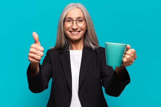 Ältere hübsche geschäftsfrau mit einer kaffeetasse