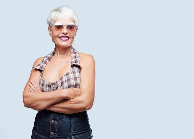 Ältere kühle frau, die ein konzept ausdrückt