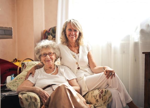 Ältere lächelnde damen
