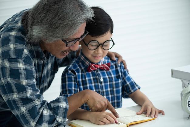 Ältere lehrer lehren die schüler, hausaufgaben zu machen