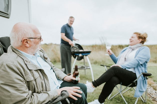 Ältere leute, die außerhalb eines anhängers genießen
