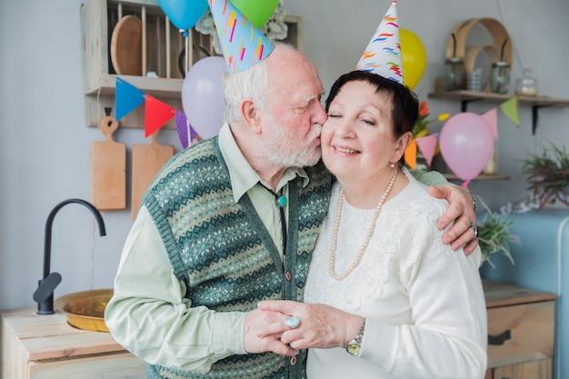 Ältere leute, die geburtstag feiern