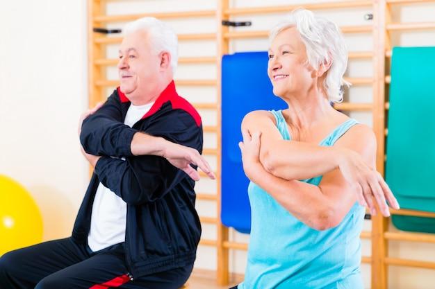 Ältere leute in der eignungübung