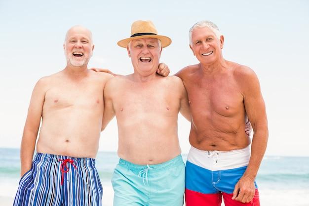 Ältere männer, die am strand stehen
