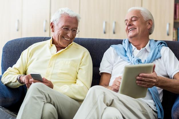 Ältere männer, die technologie einsetzen
